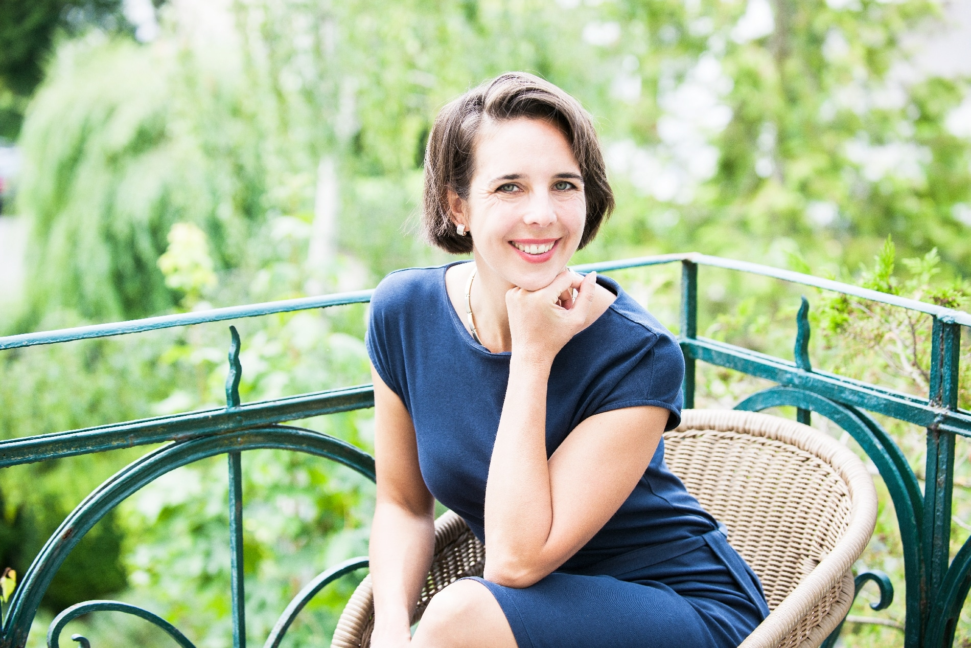hannover-coaching-in-hannover-business-coaching-hannover-fuerungskraefte-coaching-hannover-persoenlichkeitscoaching-hannover-ines-mikisek-portrait-sitzend-QF